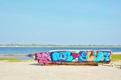 Bunte Graffiti des rostigen Bootsrumpfs Lizenzfreie Stockbilder