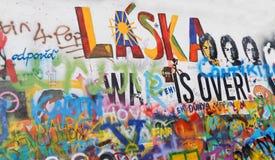 Bunte Graffitiwand Stockfotografie