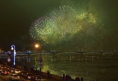 Bunte großartige Feuerwerke gewidmet bis Jahresende-2017 Stockfotografie