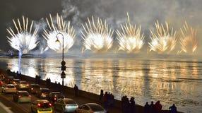 Bunte großartige Feuerwerke gewidmet bis Jahresende-2017 Lizenzfreies Stockbild