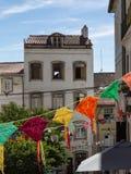 Bunte hängende Doilies-öffentlich Straße in Coimbra, Portugal Stockfotos
