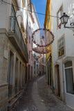 Bunte hängende Doilies-öffentlich Straße in Coimbra, Portugal Lizenzfreie Stockfotos