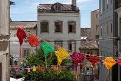 Bunte hängende Doilies-öffentlich Straße in Coimbra, Portugal Lizenzfreie Stockfotografie