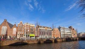 Bunte Häuser auf dem Kanal in Ansterdam Lizenzfreies Stockbild