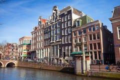 Bunte Häuser auf dem Kanaldamm in Amsterdam Lizenzfreie Stockfotografie