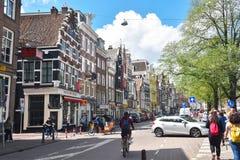 Bunte Häuser auf der Amstel-Straße im Stadtzentrum von Amsterdam lizenzfreies stockbild