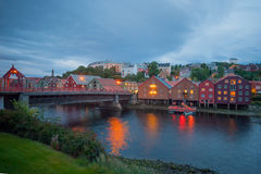 Bunte Häuser auf der Bank des Nidelva-Flusses, Trondheim Stockfotos