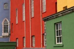 Bunte Häuser auf einer Reihe in einer Dublin-Straße Stockfotografie