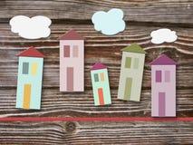 Bunte Häuser auf hölzernem Hintergrund Lizenzfreie Stockfotos