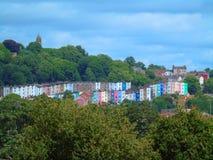 Bunte Häuser auf Hügel, Bristol, England lizenzfreie stockfotografie