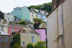 Bunte Häuser auf Hügel in der englischen Stadt Lizenzfreie Stockbilder