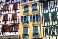 Bunte Häuser in Bayonne, Aquitanien, Baskenland Lizenzfreie Stockfotografie