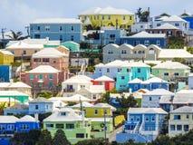 Bunte Häuser in Bermuda auf einem Gipfel stockbild