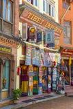 Bunte Häuser bewohnt von der tibetanischen Gemeinschaft im Quadrat Stockbild