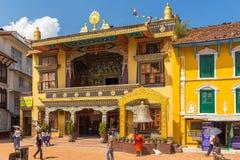 Bunte Häuser bewohnt von der tibetanischen Gemeinschaft im Quadrat Lizenzfreie Stockbilder