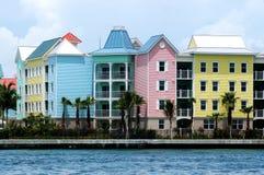 Bunte Häuser in der Reihe lizenzfreie stockfotografie