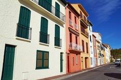 Bunte Häuser in einem französischen Mittelmeerdorf Stockfotografie
