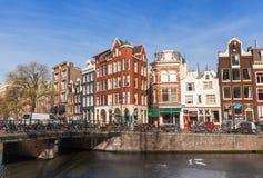 Bunte Häuser entlang dem Kanaldamm, Amsterdam Stockfotos