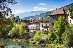 Bunte Häuser entlang Fluss Isarco Eisack, Chiusa, Italien lizenzfreie stockfotografie