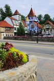 Bunte Häuser im bayerischen Dorf Stockfotografie