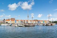 Bunte Häuser im Hafen Hellevoetsluis, die Niederlande Lizenzfreies Stockfoto