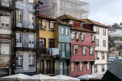 Bunte Häuser in Porto mit Wäscherei Stockbilder