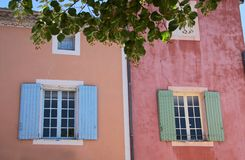 Bunte Häuser in Roussillon Lizenzfreie Stockbilder