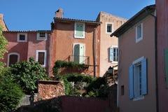 Bunte Häuser in Roussillon Stockbilder