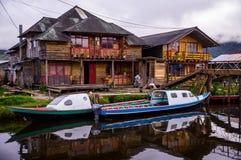 Bunte Häuser und Boote in Laguna De La Corota, Kolumbien stockfoto
