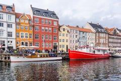 Bunte Häuser und Boote in Nyhavn Kopenhagen Lizenzfreies Stockfoto