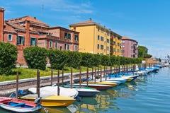 Bunte Häuser und Boote am sonnigen Tag, Venedig, Italien Lizenzfreies Stockfoto