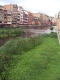 Bunte Häuser und Fluss von Girona Lizenzfreie Stockbilder