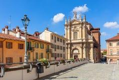 Bunte Häuser und Kirche im BH, Italien Lizenzfreies Stockfoto