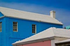 Bunte Häuser und weiße Dächer von Bermuda Stockfotografie