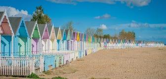 Bunte Häuser 2016 Vereinigten Königreichs Mersea auf dem schönen breiten Strand der Küste mit interessanten Gebäuden Stockfotografie