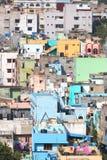 Bunte Häuser in Visakhapatnam lizenzfreie stockfotografie