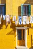 Bunte Häuser von Burano-Insel Venedig Typische Straße mit hängender Wäscherei an den Fassaden von bunten Häusern stockbilder