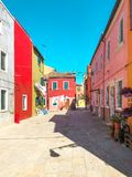 Bunte Häuser von Burano-Insel Venedig Typische Straße mit hängender Wäscherei an den Fassaden von bunten Häusern stockfotos