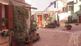 Bunte Häuser von Burano-Insel Venedig Typische Straße mit hängender Wäscherei an den Fassaden von bunten Häusern lizenzfreie stockfotos