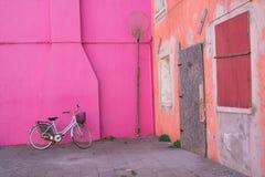 Bunte Häuser von Burano-Insel Venedig Typische Straße mit hängender Wäscherei an den Fassaden von bunten Häusern lizenzfreies stockfoto