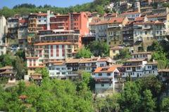 Bunte Häuser von einer Gebirgsstadt Stockfotografie