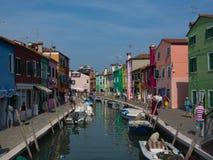 Bunte Häuser zeichnen den Kanal in Burano Italien lizenzfreie stockfotos