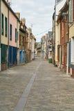 Bunte Häuser zeichnen Gasse in der alten Stadt von Amiens stockfotografie