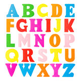 Bunte hölzerne Alphabetbuchstaben auf einem weißen Hintergrund Stockbild