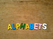 Bunte hölzerne Alphabete Stockfotos