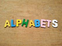 Bunte hölzerne Alphabete Stockfoto