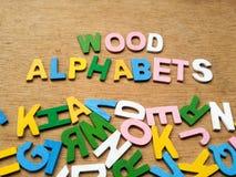 Bunte hölzerne Alphabete Lizenzfreies Stockfoto