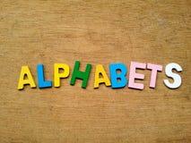 Bunte hölzerne Alphabete Stockbild