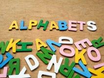 Bunte hölzerne Alphabete Lizenzfreies Stockbild