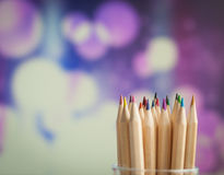 Bunte hölzerne Bleistifte auf buntem Hintergrund Lizenzfreies Stockfoto